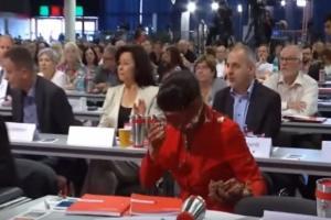 Nemačka: Želi da zatvori granicu, pa dobila tortu u lice (VIDEO)