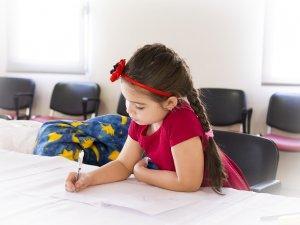 dete-devojcica-ucenje-crtanje