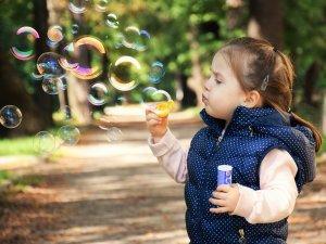dete-devojcica-baloni
