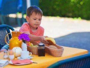 dete-jede-jelo-hleb