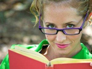 devojka-naocare-osmeh-knjiga