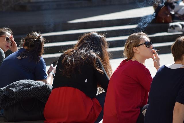 devojke, cigarete, ćaskanje, trg_pixabay