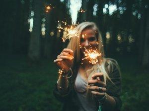 prskalice-devojka-nova-godina-px