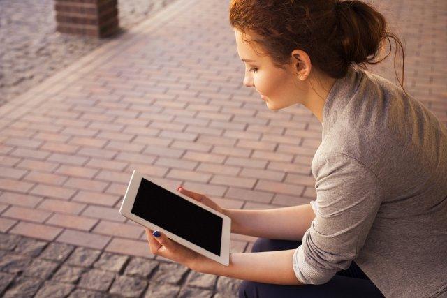 tablet-devojka