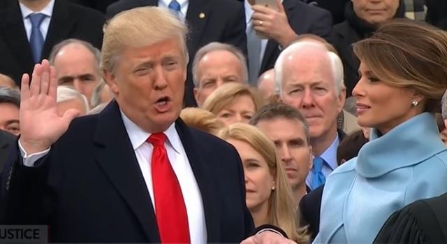 Tramp polaže zakletvu na inaugiraciji (foto: Youtube)