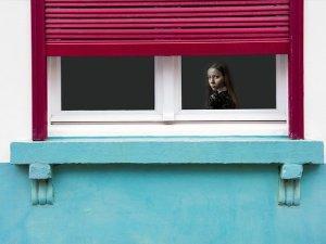 devojka, prozor, posmatranje_pixabay