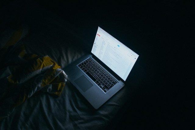 mejlovi-laptop-krevet-mek-PX