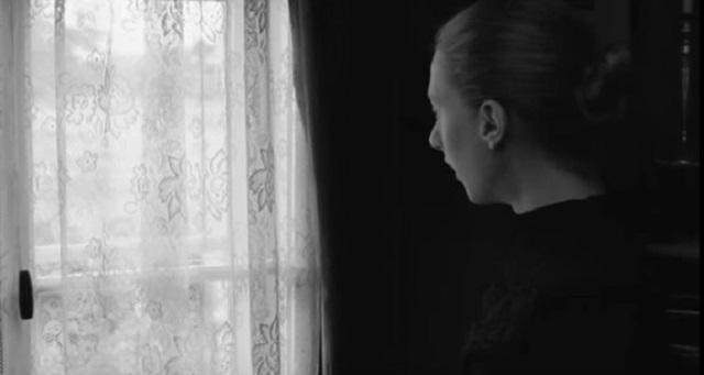 žena na prozoru_youtubeprintscreen