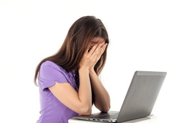 devojka-kompjuter-glavobolja-posao-PX
