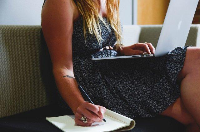 devojka-kompjuter-pisanje-PX