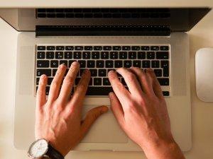 kompjuter-ruke-tastatura-posao-PX
