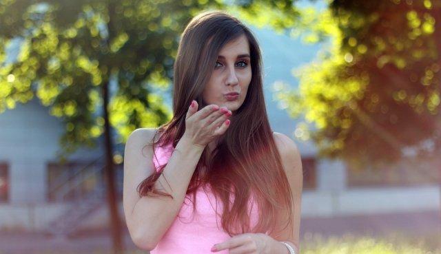 poljubac-devojka-slikanje-PX