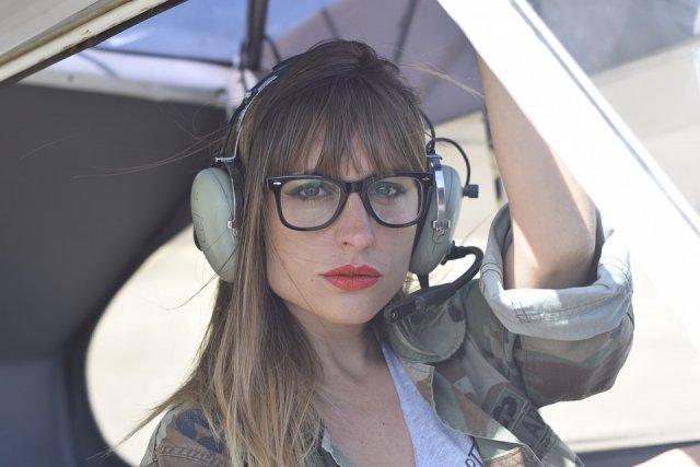 profilna-2-devojka-pilot-PX-helikopter-naocare