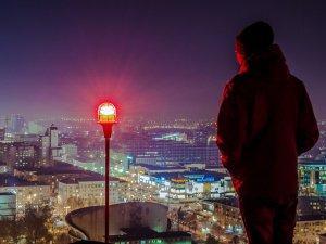 covek-grad-svetlo-pogled-PX