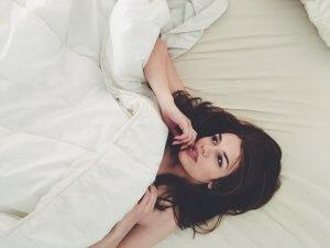 devojka-krevet-PX