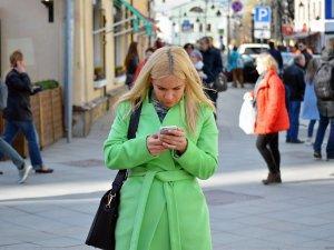 devojka-telefon-poruke-kuckanje-PX