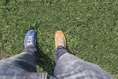 noge-patike-cipele-rasparno-trava-PX
