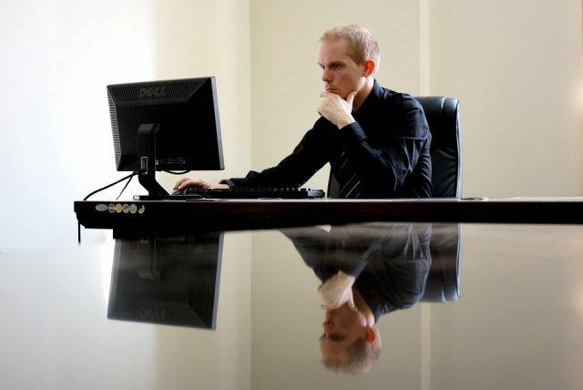 posao-kompjuter-preduzetkik-covek-PX