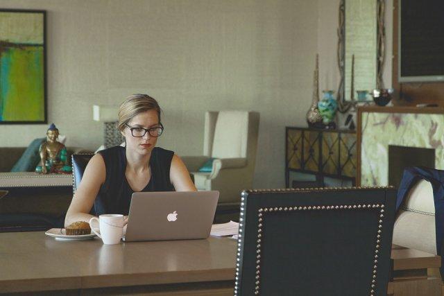 sedenje-kompjuter-kancelarija-posao-PX