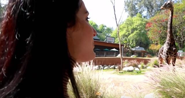 žena žirafa_youtubeprintscreen