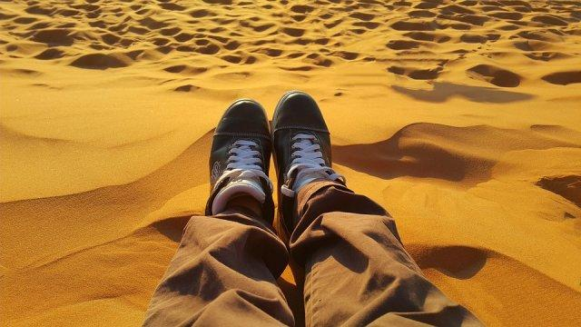 opustanje-pesak-noge-PX