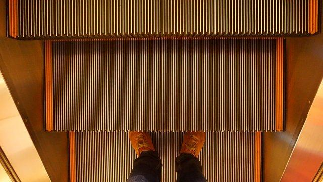 pokretne-stepenice-noge-PX