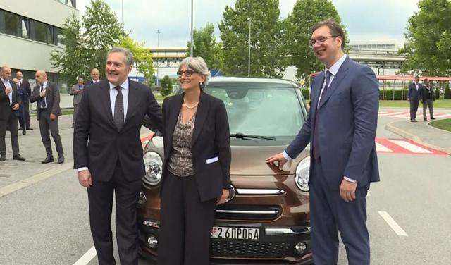 Verneti i Vučić ispred novog 500l (foto: screenshot)