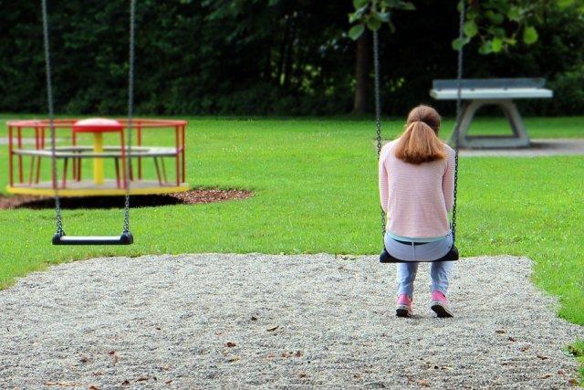 devojka-tuga-ljuljaska-park-PX