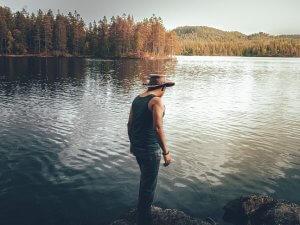 momak-muskarac-leđa-jezero-PX