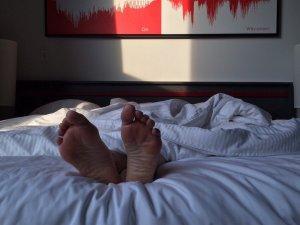 noge-spavanje-krevet-PX