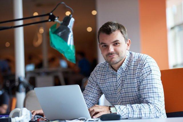 preduzetnik-covek-posao-laptop-PX
