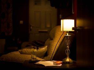 soba-vece-uveče-lampa-fotelja-PX