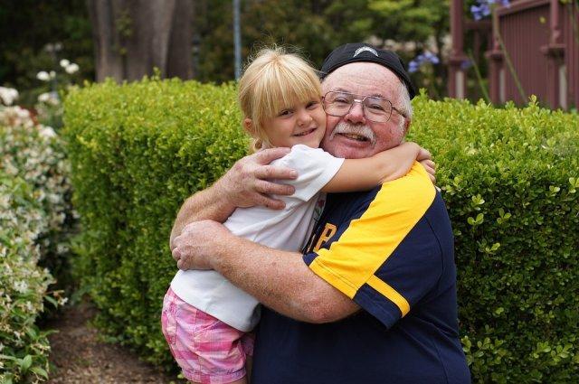 devojcica-dete-deda-zagrljaj-PX