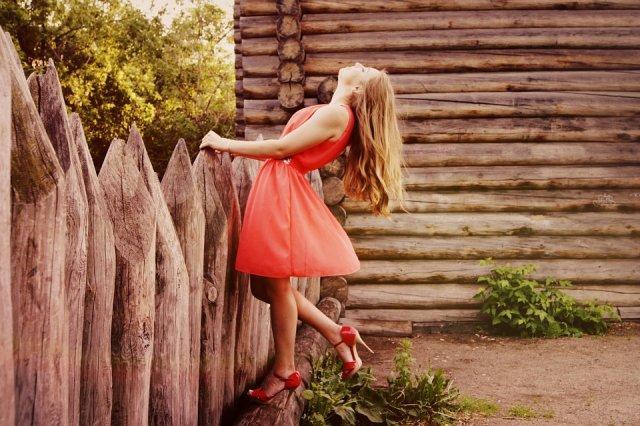 haljina-crvena-devojka-stikle-PX