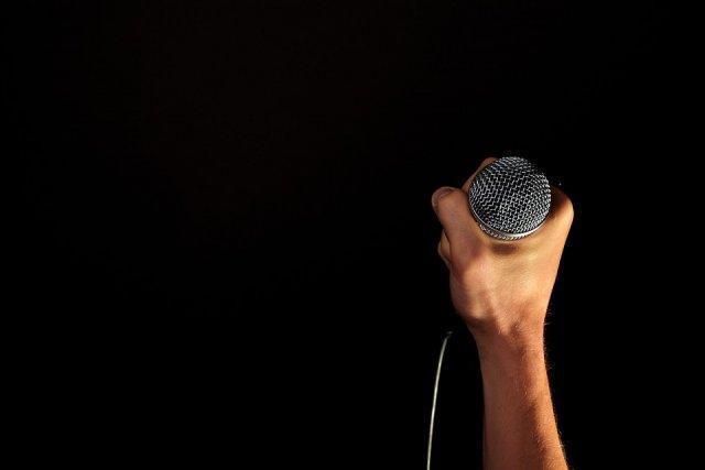 mikrofon-ruka-javni-nastup-PX