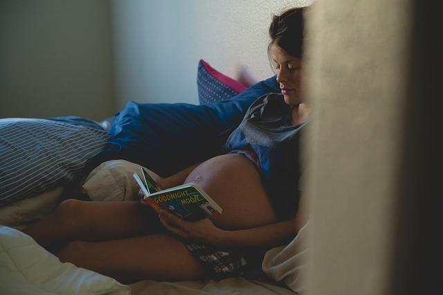 trudnica. čitanje, knjige_pixabay